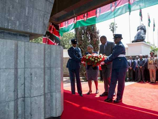 President Uhuru Kenyatta lays a wreath at the Mausoleum in parliament precincts for Kenya's founding father, the late Mzee Jomo Kenyatta, August 22, 2016. / PSCU