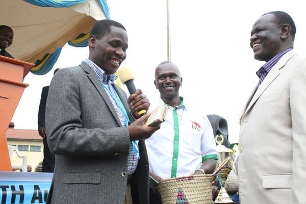 Meru Governor Peter Munya receives Senator Kiraitu Murungi's donation during a church fundraiser in the county on August 20, 2016. The two politicians clashed at the event as they tried to discredit each other's development track record. PHOTO | PHOEBE OKALL | NATION MEDIAG GROUP