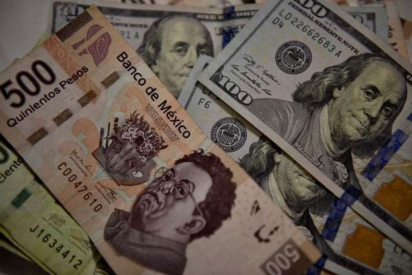 Bank notes of Mexican pesos and US dollars are