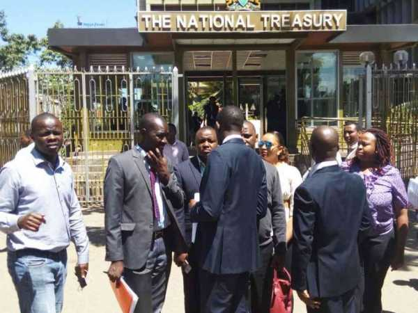 Officials of the Kenya Medical Practitioners and Dentists Union outside the Treasury where they gave feedback on efforts to end their strike, January 6, 2017. /RHODA ODHIAMBO