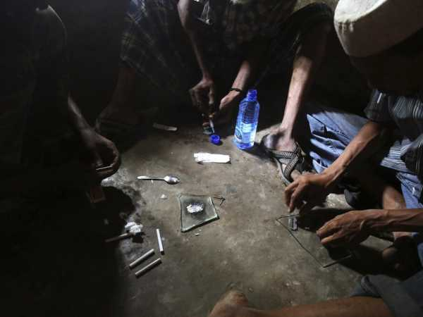Heroin addicts in Lamu county prepare the drug before using it, November 21, 2014. /REUTERS