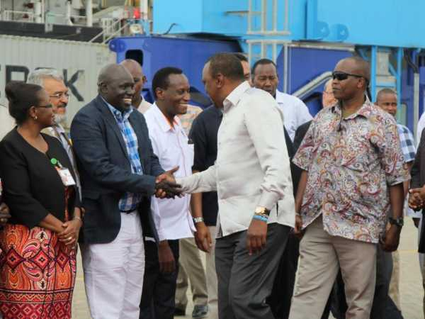 President Uhuru Kenyatta with business mogul David Lang'at, CSs Jacob Kaimenyi (Lands), Joseph Nkaisery (Interior), Henry Rotich (Treasury ), KPA MD Catherine Mturi-Wairi at the Mombasa Port, September 3, 2016 /ELKANA JACOB