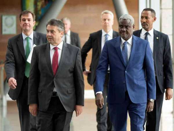 German Foreign Minister Sigmar Gabriel walks alongside Africa Union chairperson Moussa Faki as they arrive for a meeting at the Africa Union Commission headquarters in Addis Ababa, Ethiopia May 2, 2017. /REUTERS