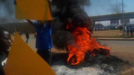 Anti-IEBC protesters loot in Kisumu (Video)